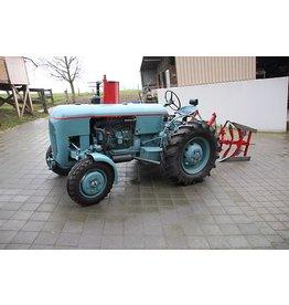 Vevey Vevey 560 Tractor met ploeg en egg