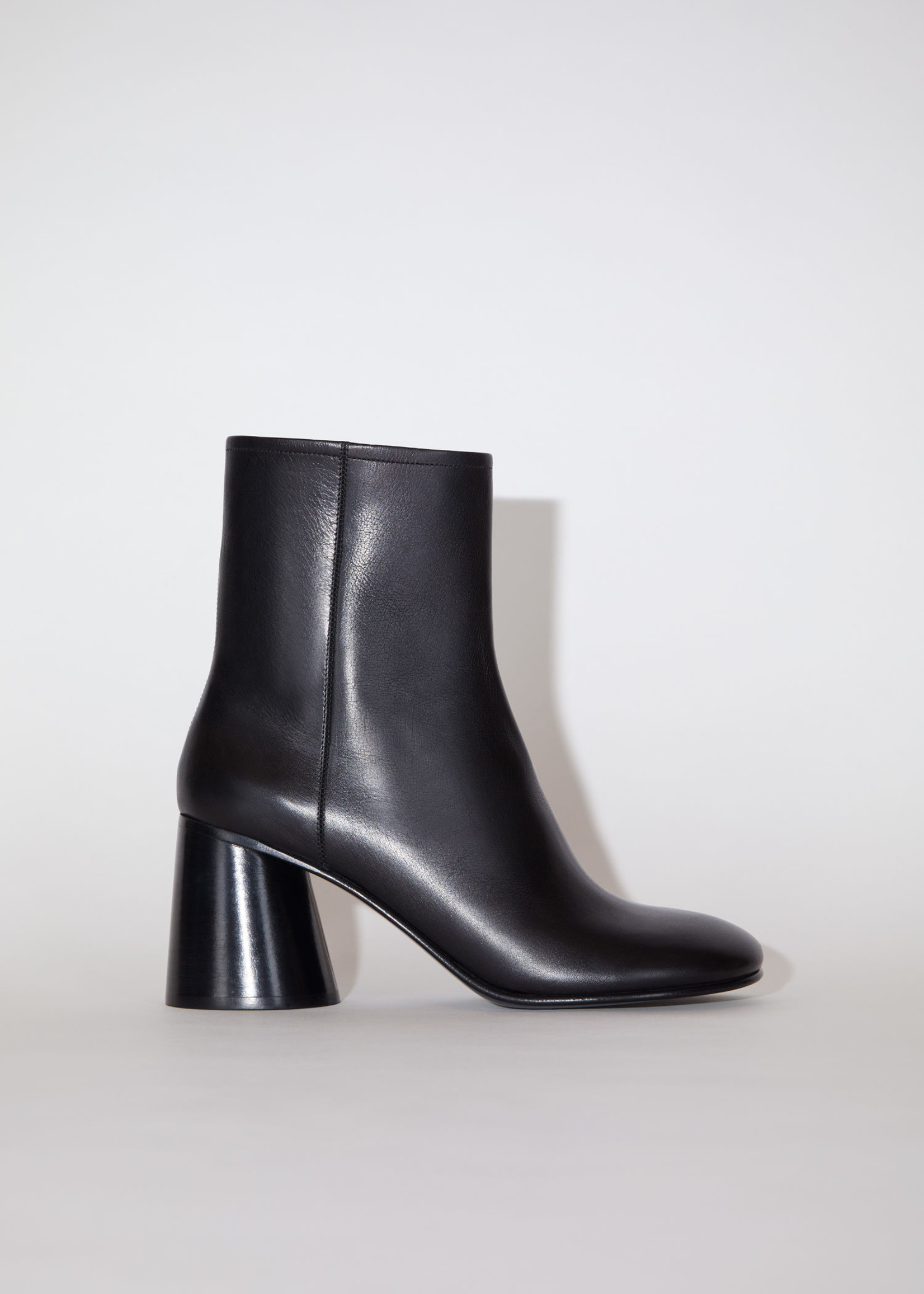 Acnestudios Acnestudios  boots round heel black 39
