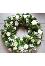 krans met fijn groen en fijne bloemen in kleur naar keuze