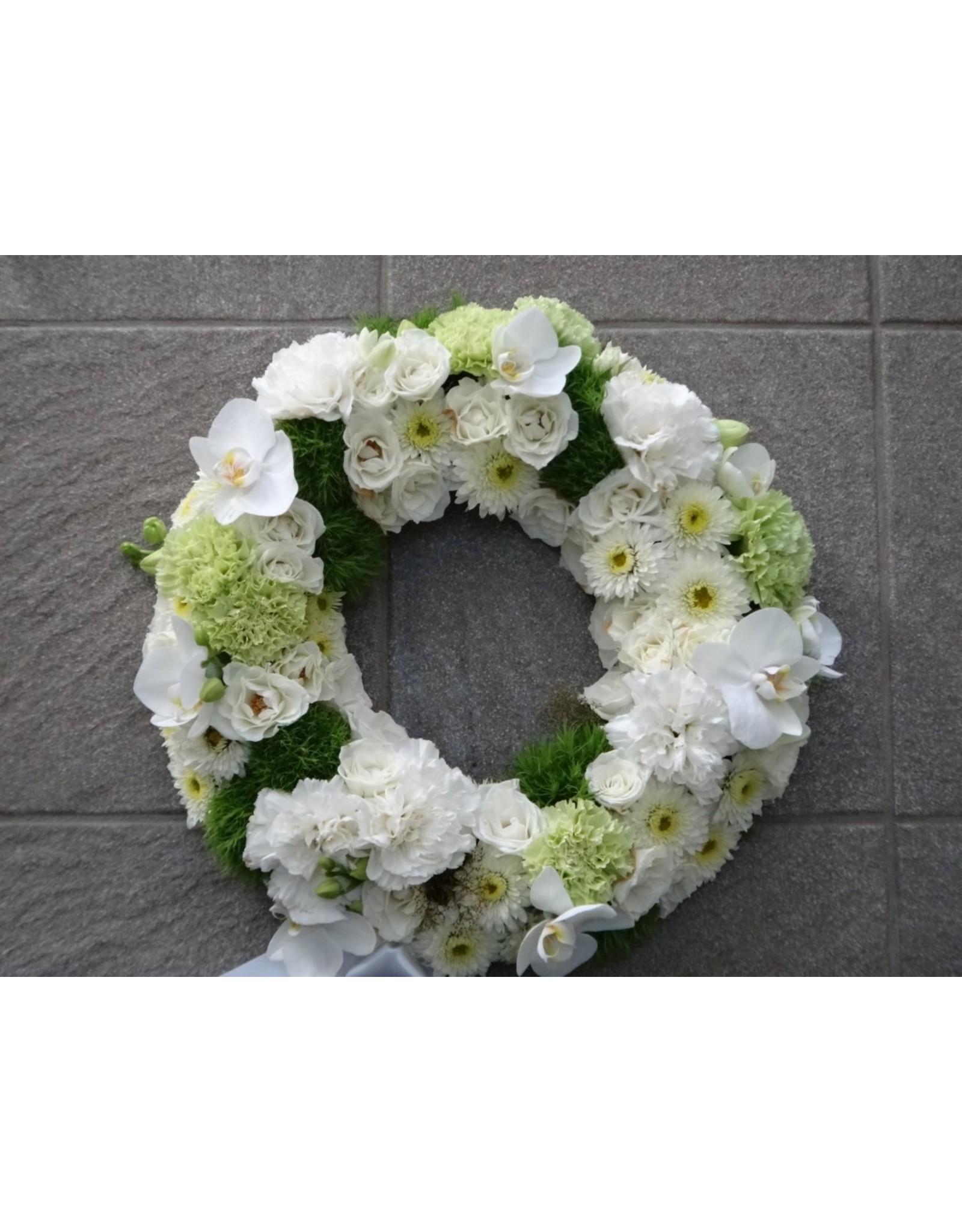 bloemenkrans kan rond de urne