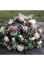rond rouwstuk uitgewerkt met  fijne bloemen in kleur naar keuze