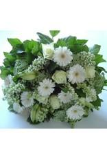 rijk gevuld boeket met rozen en andere snijbloemen
