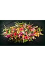 Langwerpig  uitbundig fijn bloemstuk