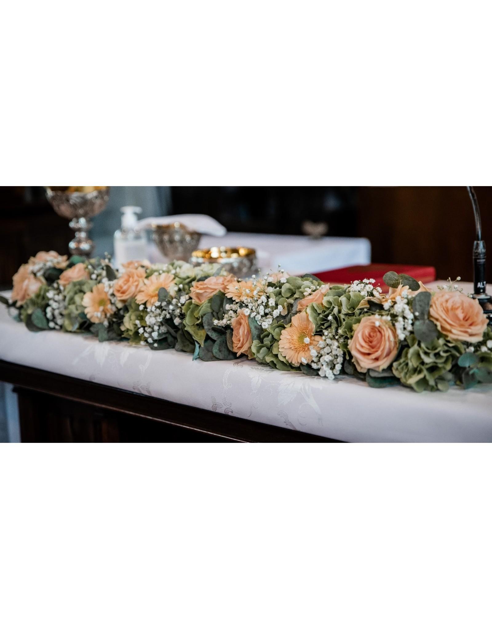 altaarstuk of stuk voor op kist met rozen en andere fijne bloemen