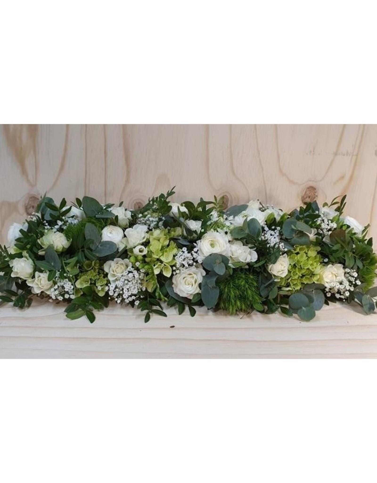 vol stuk voor altaar of kist met rozen en andere fijne bloemen