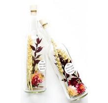 Droogbloemen in een fles met bloemzaadjes