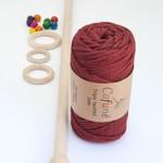 Macrame pakket met touw, stok, ringen en gekleurde kralen