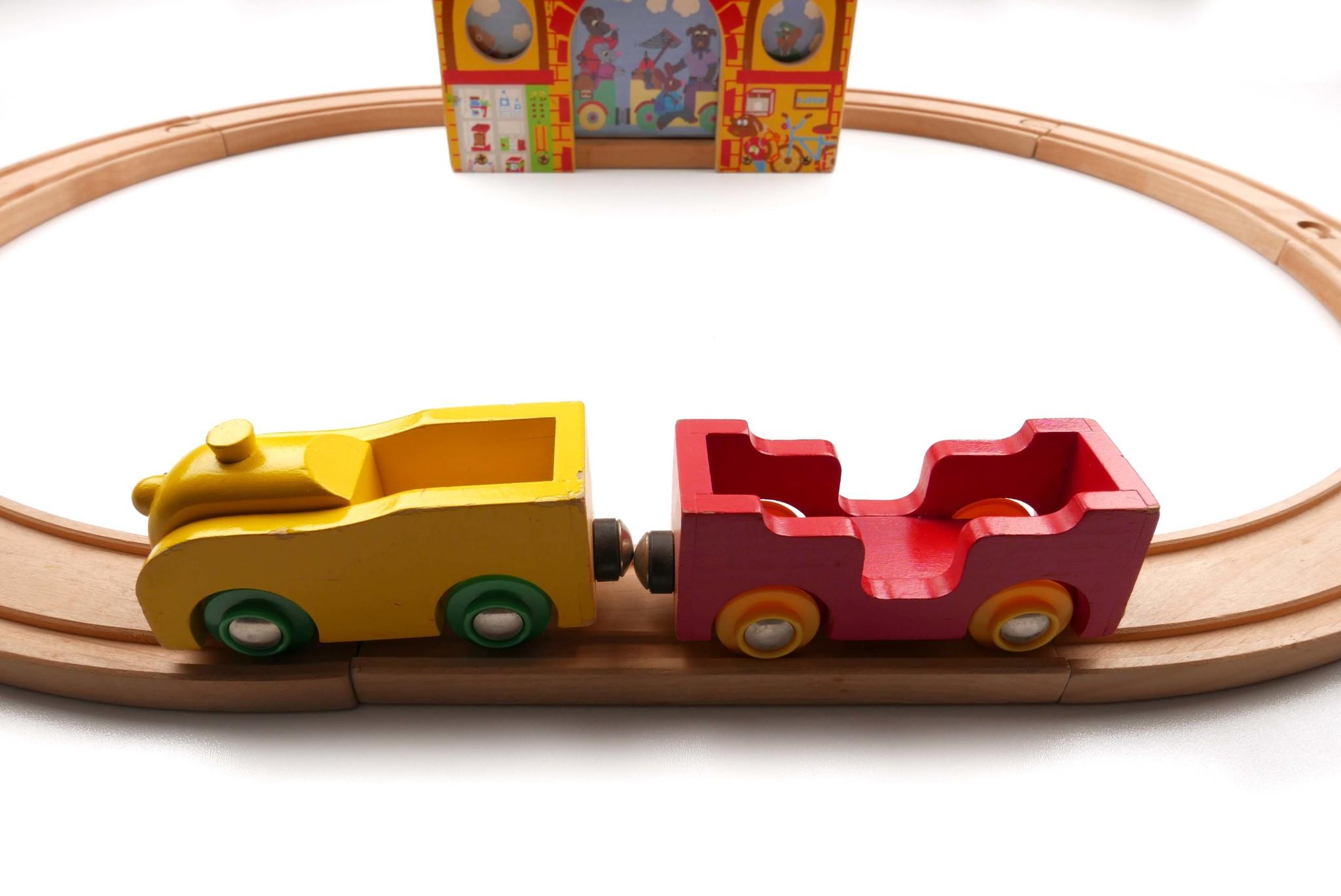 Treinstation met trein + rails-2