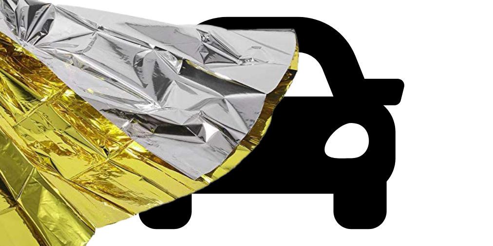 reddingsdeken op de voorruit van de auto