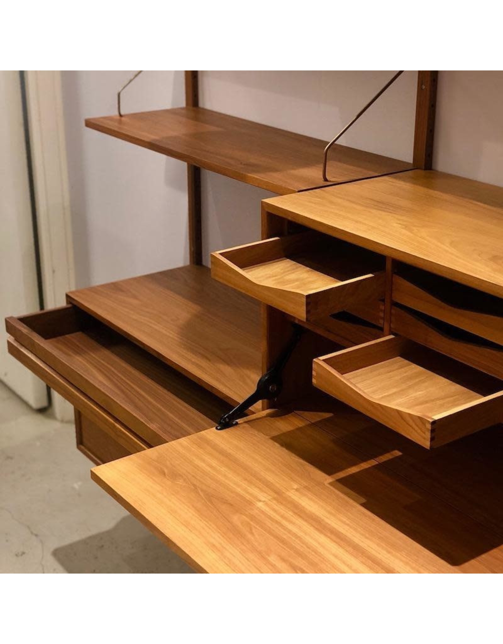 DK3 ROYAL SYSTEM SHELVING UNIT WITH WORK DESK AND DRAWERS