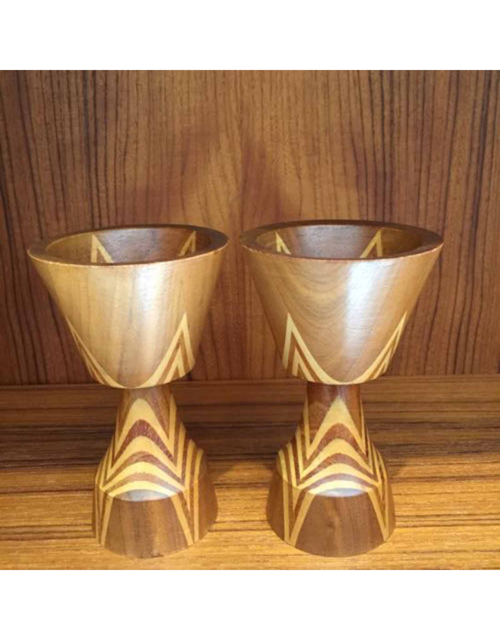 MANKS ANTIQUES PAIR OF INTARSIA WOOD CANDLESTICKS, SIGNED S.G, SWEDEN c.1920, DIA 7 x H14CM