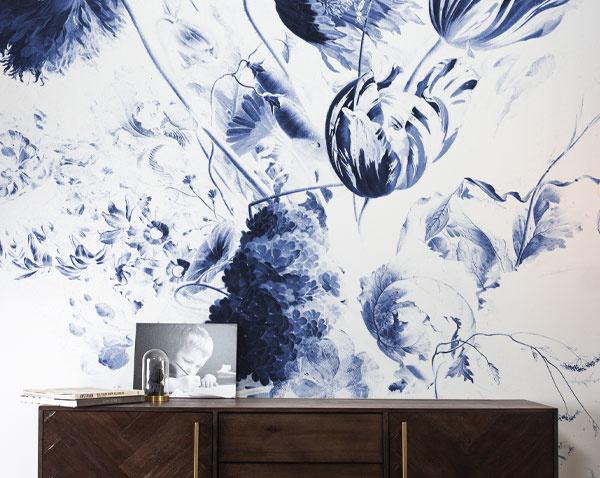 Behang met blauwe bloemen