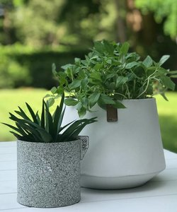 Petit pot vert en papier recyclé look granit