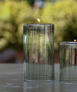 Hoog theelichtje van donkergroen gerecycleerd glas