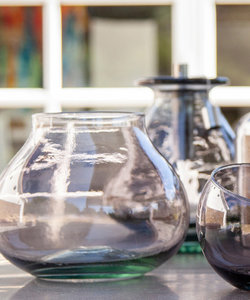 Vase bordeaux en forme de goutte de verre recyclé