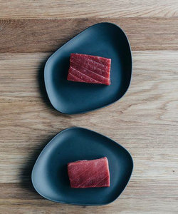 Yayoi assiette en porcelaine noire mat SMALL