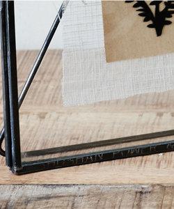 Klein verticaal staand kader met zwart metalen rand