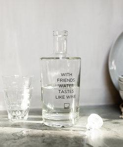 Bouteille d'eau avec citation 'With friends'