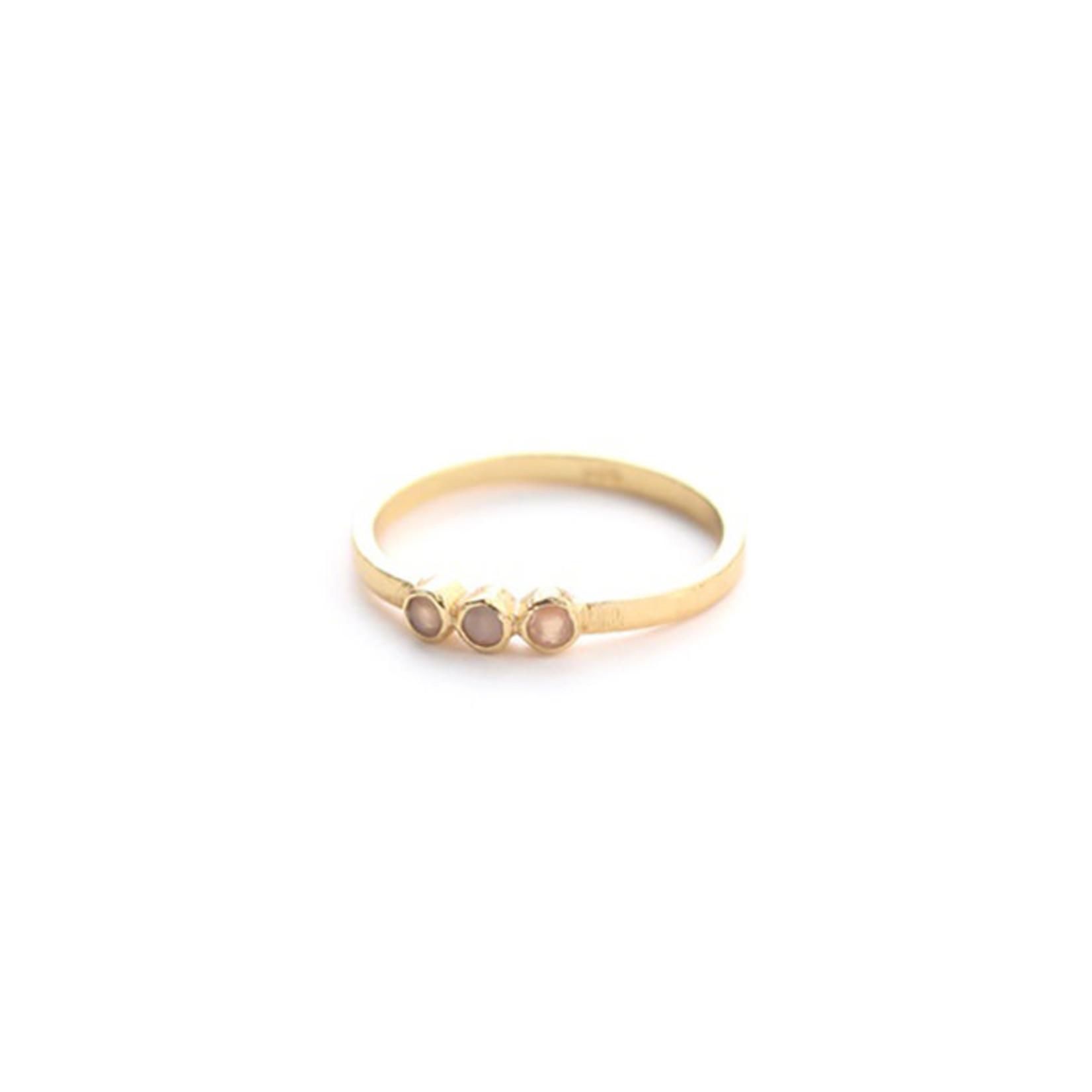 Muja Juma • gouden ring met drie roze maansteentjes
