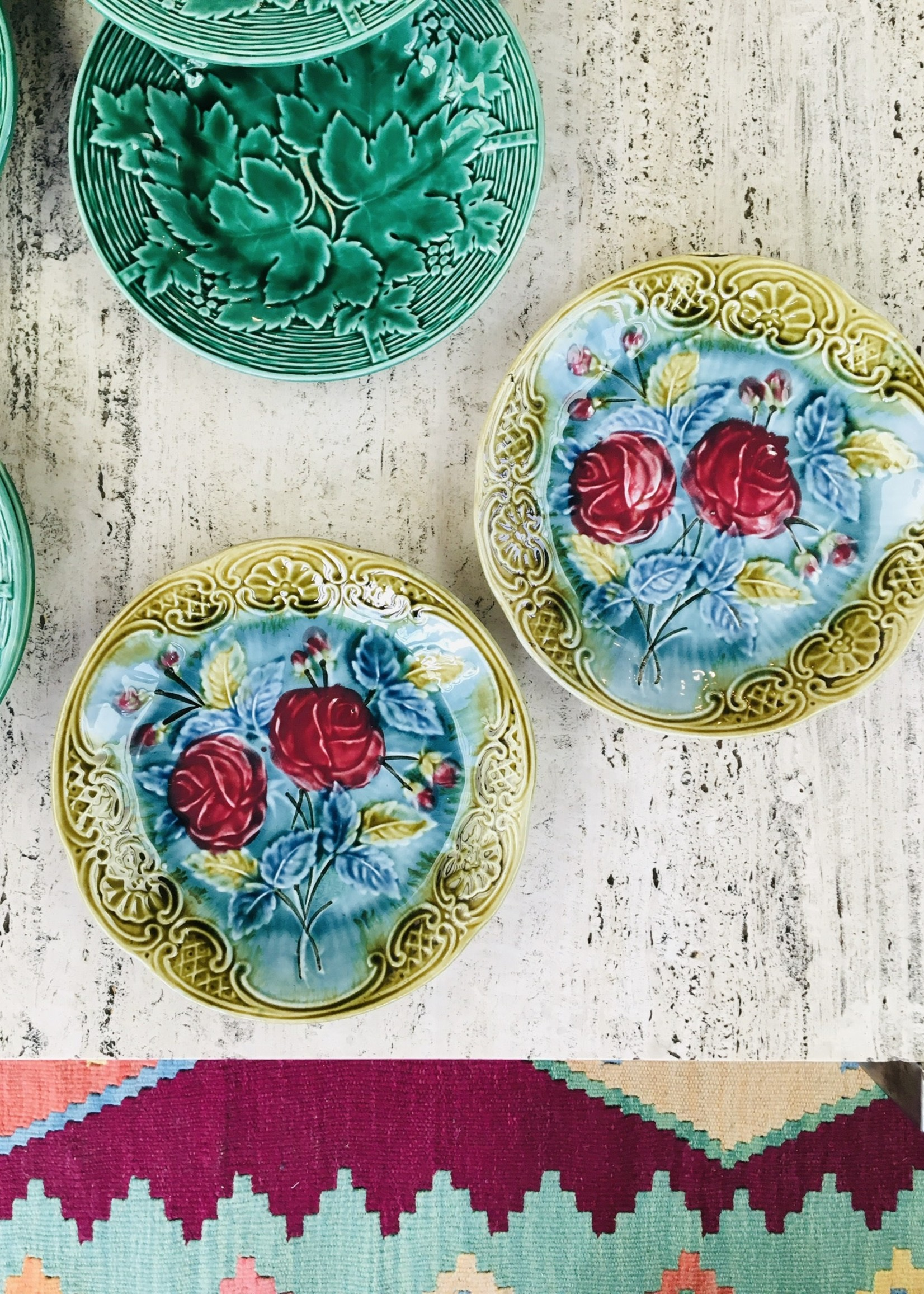plate in blue barbotine with pink and green flower decoration 20cm Diam.