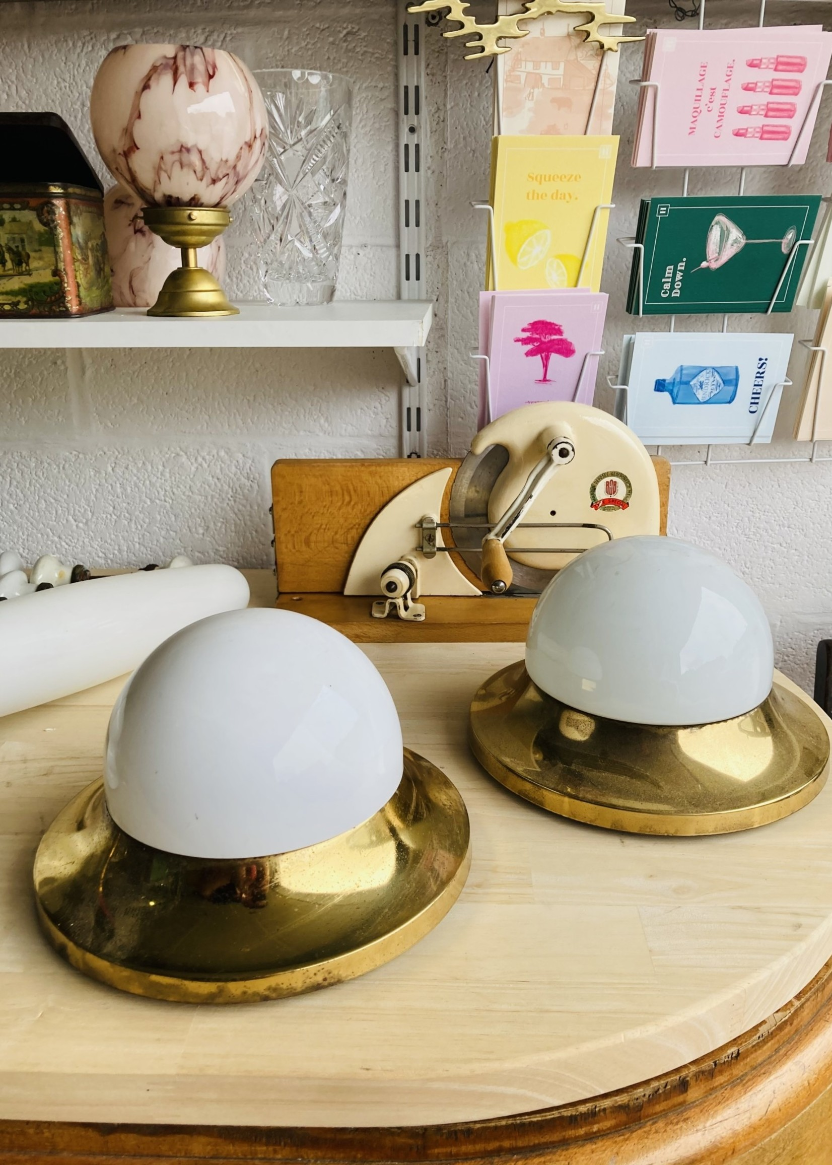 Wall lamp with brass structure and opalin shade