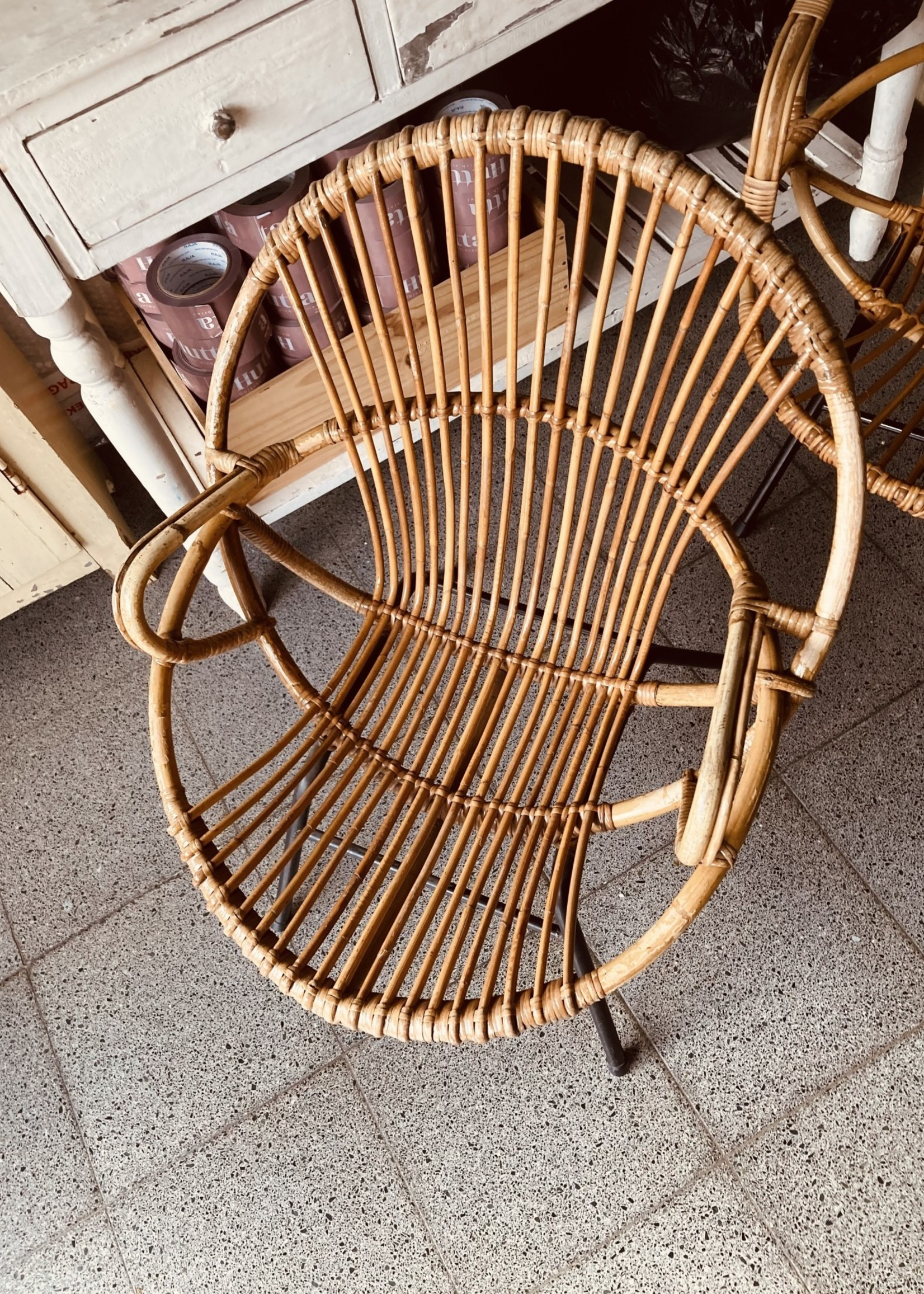 Rohe Noordwolde Ratan chair - Roundshaped with armsupport and black metal feet