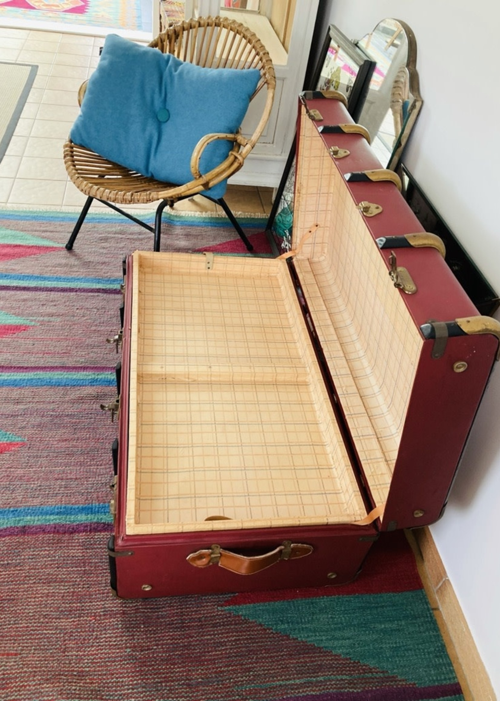 Burgundy antique suitcase from the family Wolda