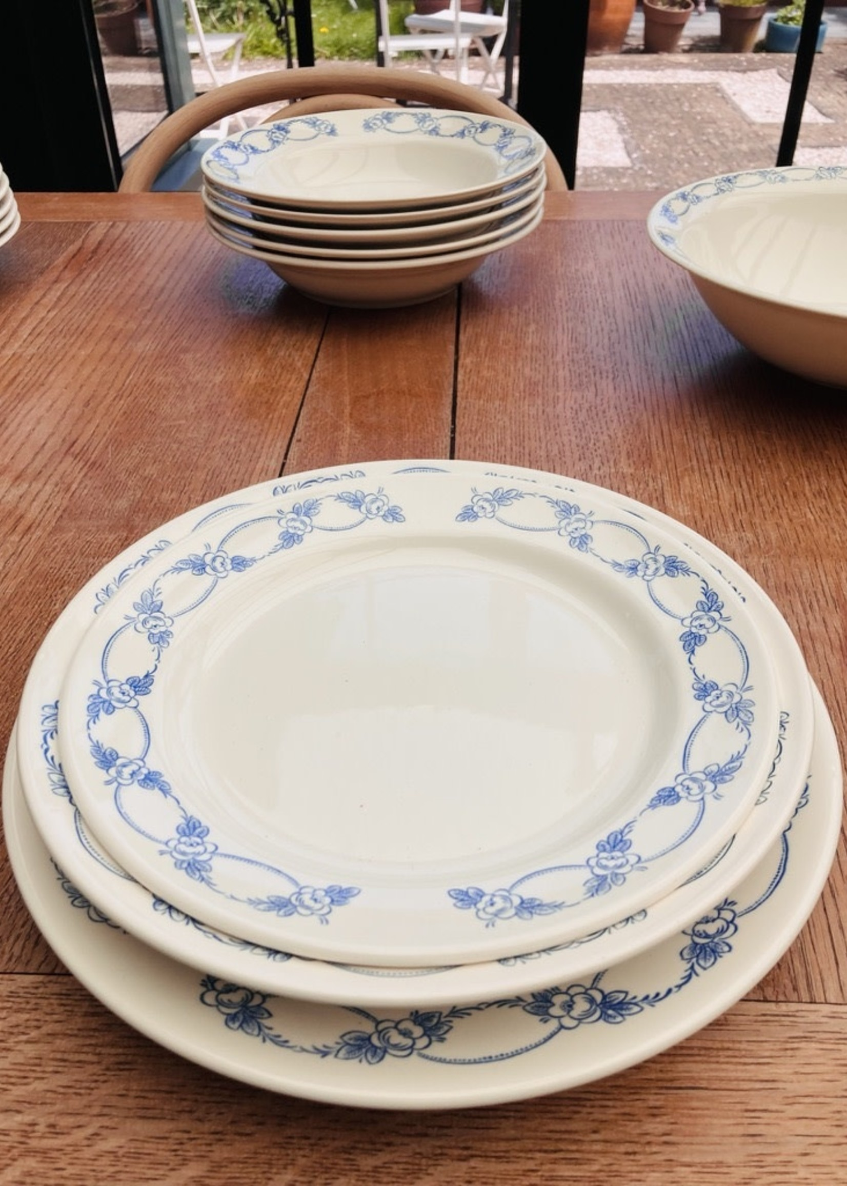 Small plates With blue flowers on border - No brand