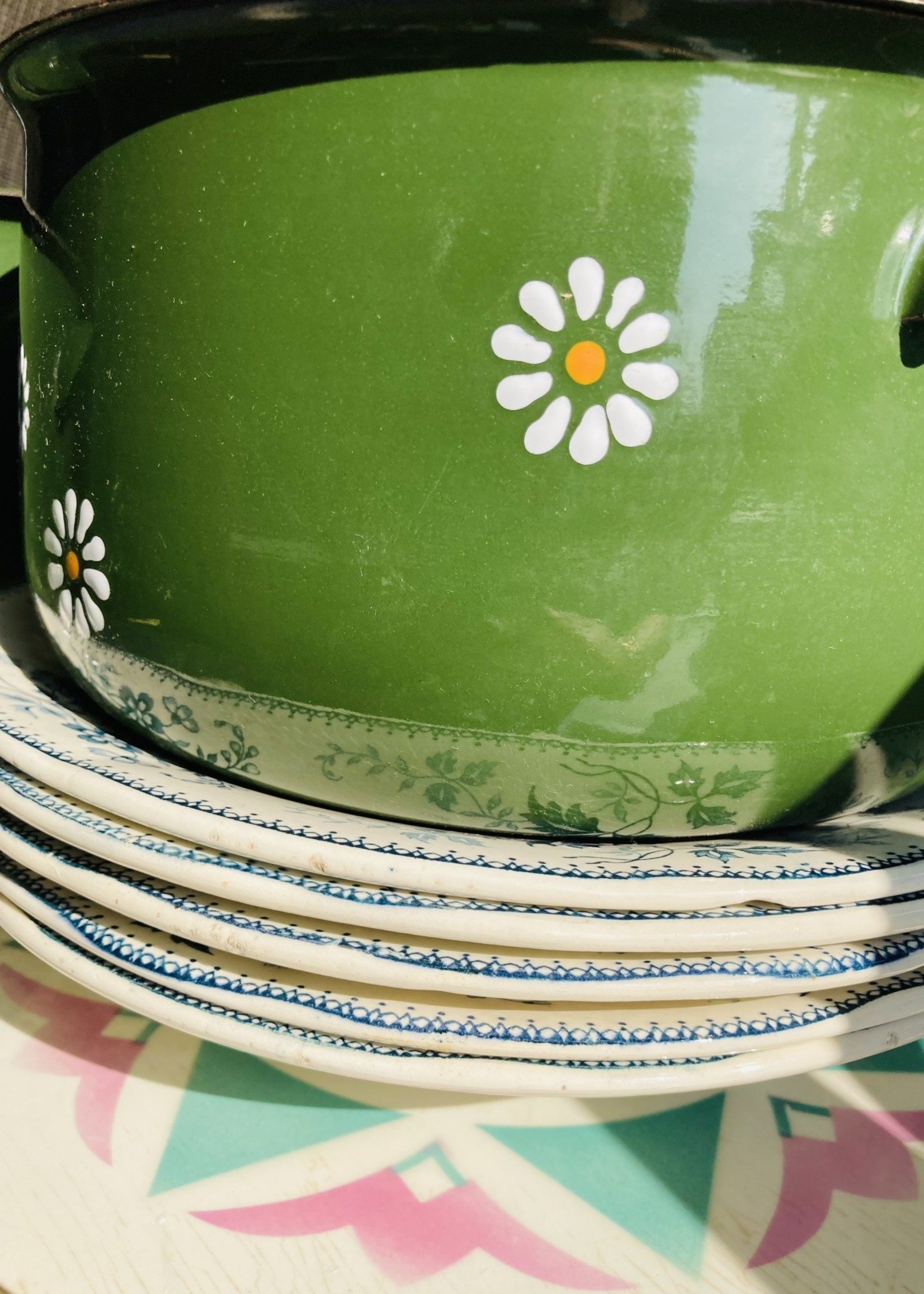 Set of 3 Enamelled green Casserole with painted pattern  daisy