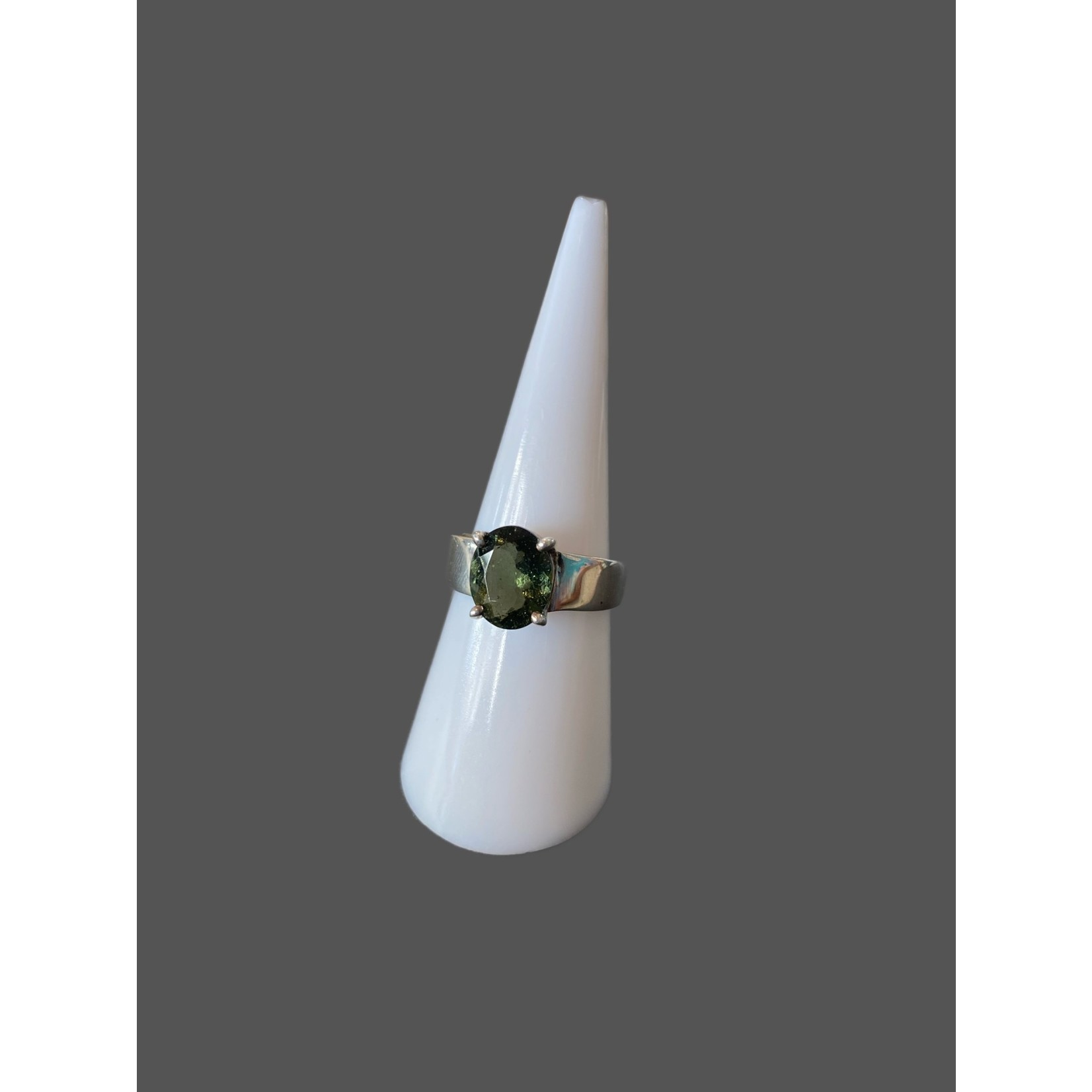 Anillo moldavita-plata facetado