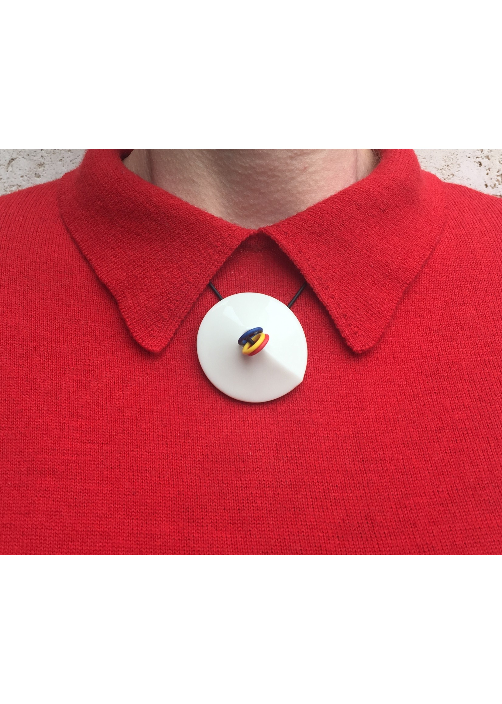 Ketting van Harry Agema  'Who's afraid for red, yellow and blue?'