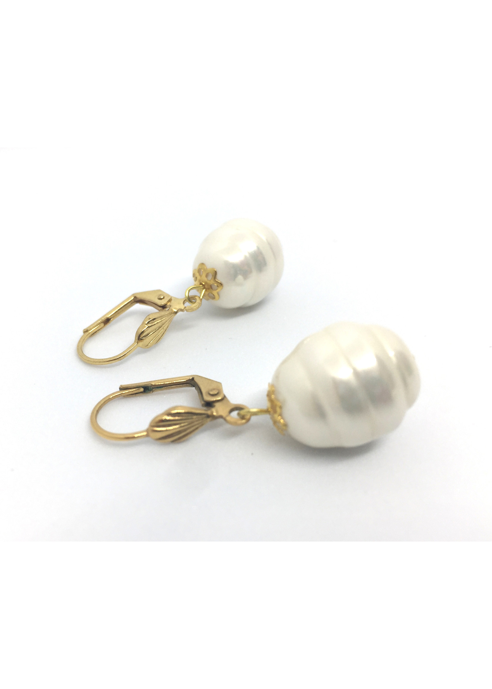 Gold plated earrings from Els de Ruyter with Shell pearls