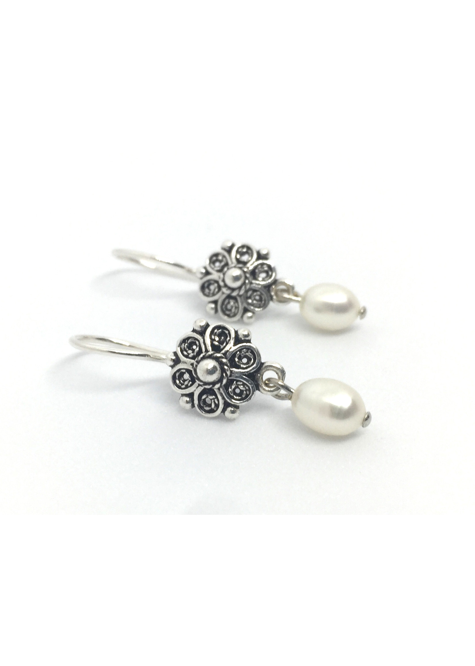 Silver earrings from Els de Ruyter with freshwater pearls