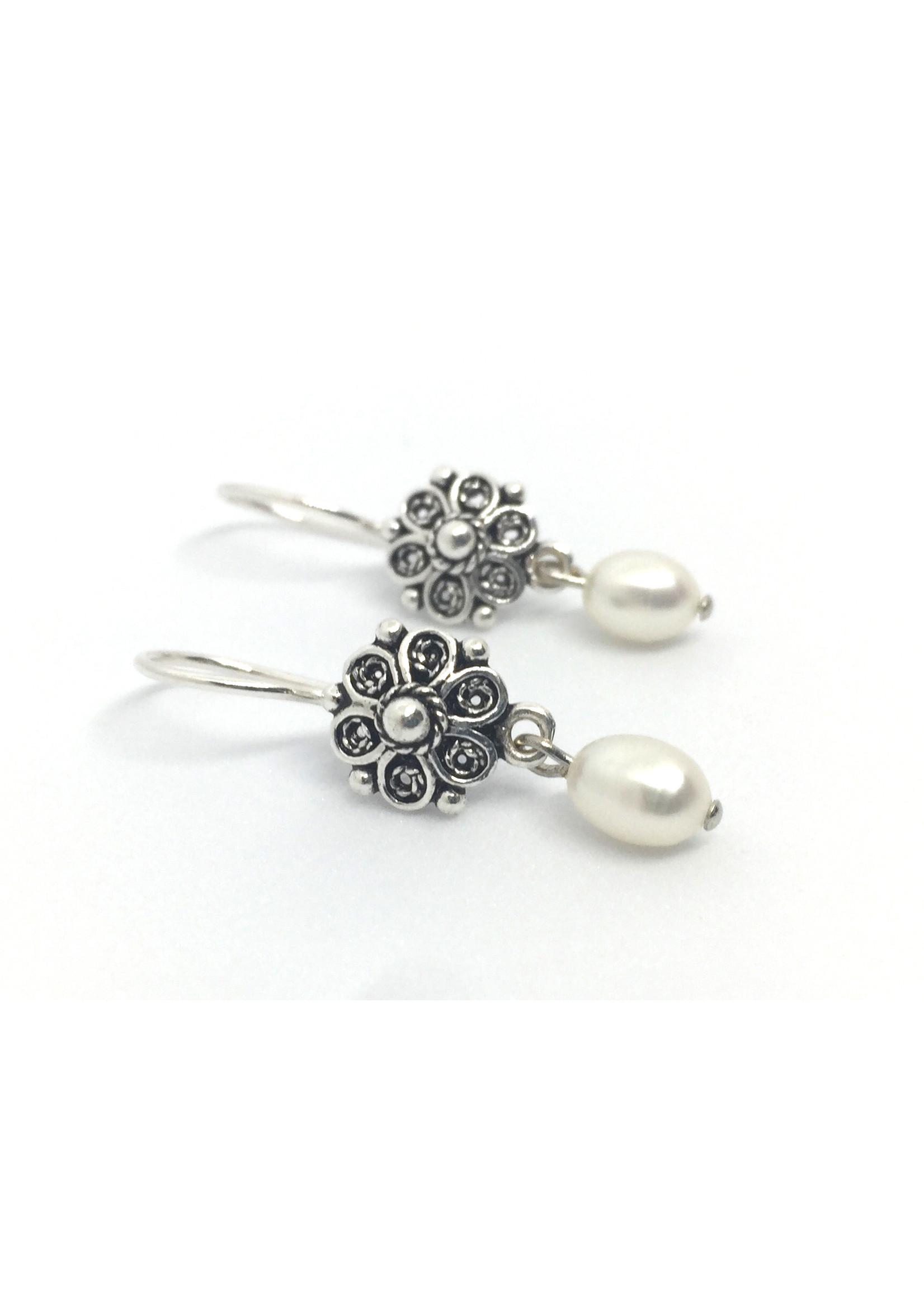 Zilveren oorbellen van Els de Ruyter met zoetwaterparels