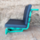 Grüner Sitz mit schwarzen Kissen