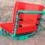 Groene stoel met rode kussens