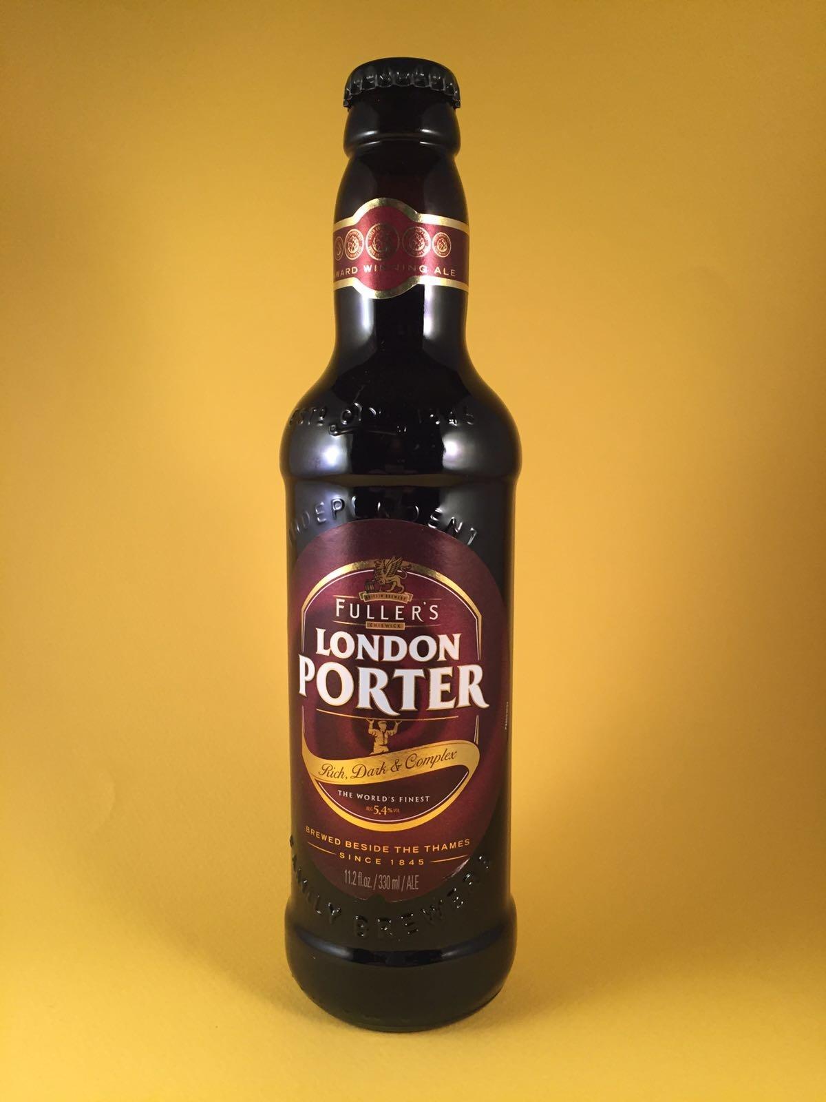 """London Porter Herkomst: Londen, Engeland Dit Engels bier heeft een donkere kleur en smaakt naar drop en laurier. Het bier komt uit Londen en is benoemd naar de straat en rivier """"Porter"""". Het bier bevat een alcoholpercentage van: 5,4%. Serveeradvies: Tussen 8 en 10 graden."""