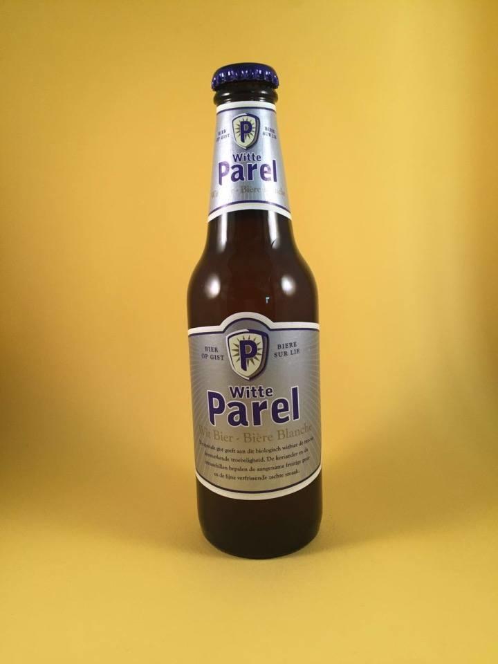 Budels Witte Parel Herkomst: Budel, Nederland Bovengistend witbier met een licht blonde kleur. Tonen van koriander en citrusschillen maken dit bier zacht van smaak en zorgen voor een fruitige geur. Voordat het flesje wordt geopend dient het flesje gewalst te worden zodat de troebelheid zich verdeeld in het flesje. Alcoholpercentage is 5%. Advies serveertemperatuur: Leg het bier achterin de koelkast waar het, het koudst is, een graad of 4 is perfect.