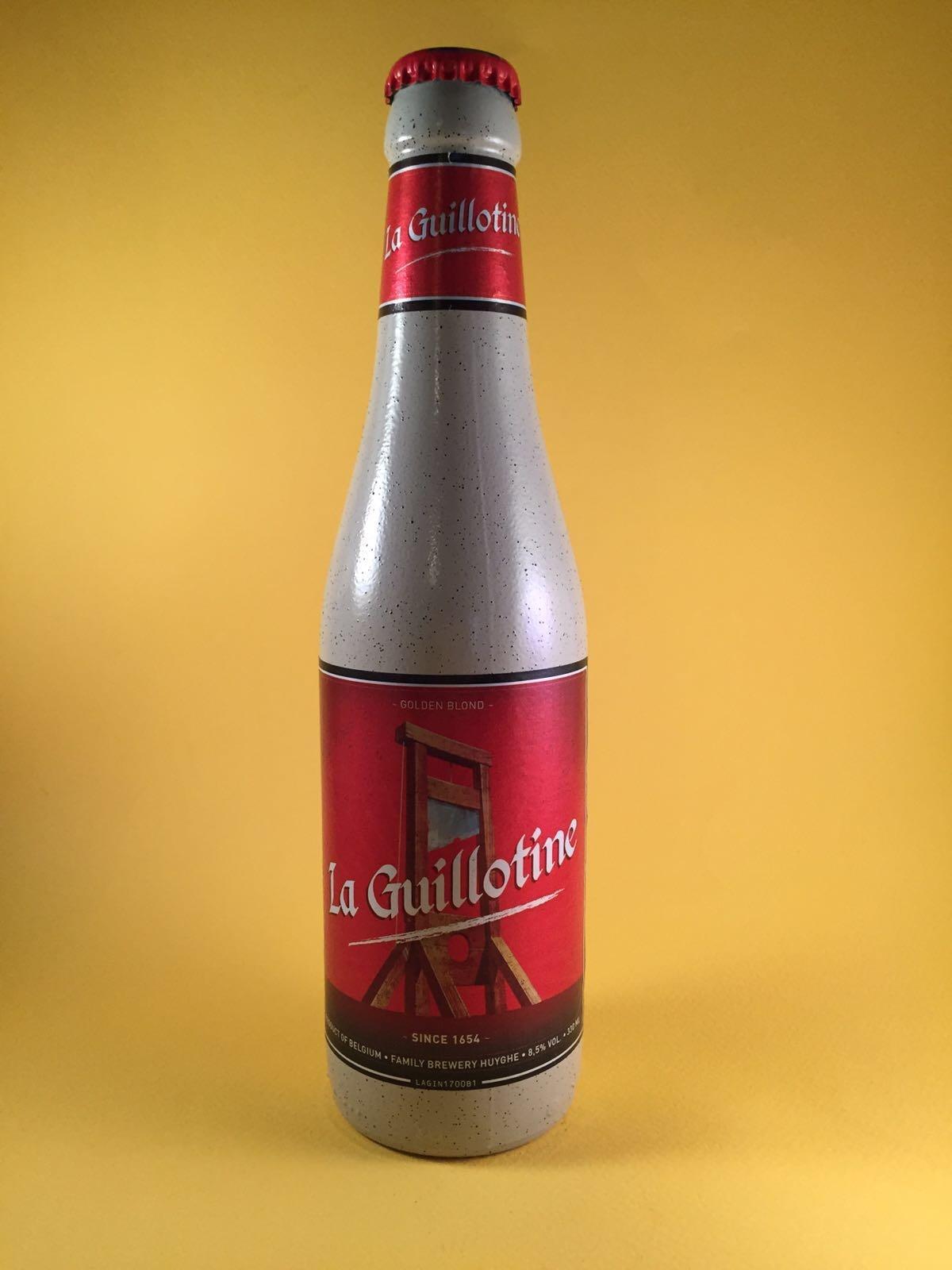 La Guillotine Herkomst: Melle, België De naam van het bier is te danken aan de Franse Revolutie. De tijd waarin je werd onthoofd onder de guillotine als je tegen de Revolutie was. Wederom een blond bier maar met een erg bittere smaak. Het flesje is geheel anders omdat het geen licht door laat waardoor de specifieke smaak beter behouden blijft.