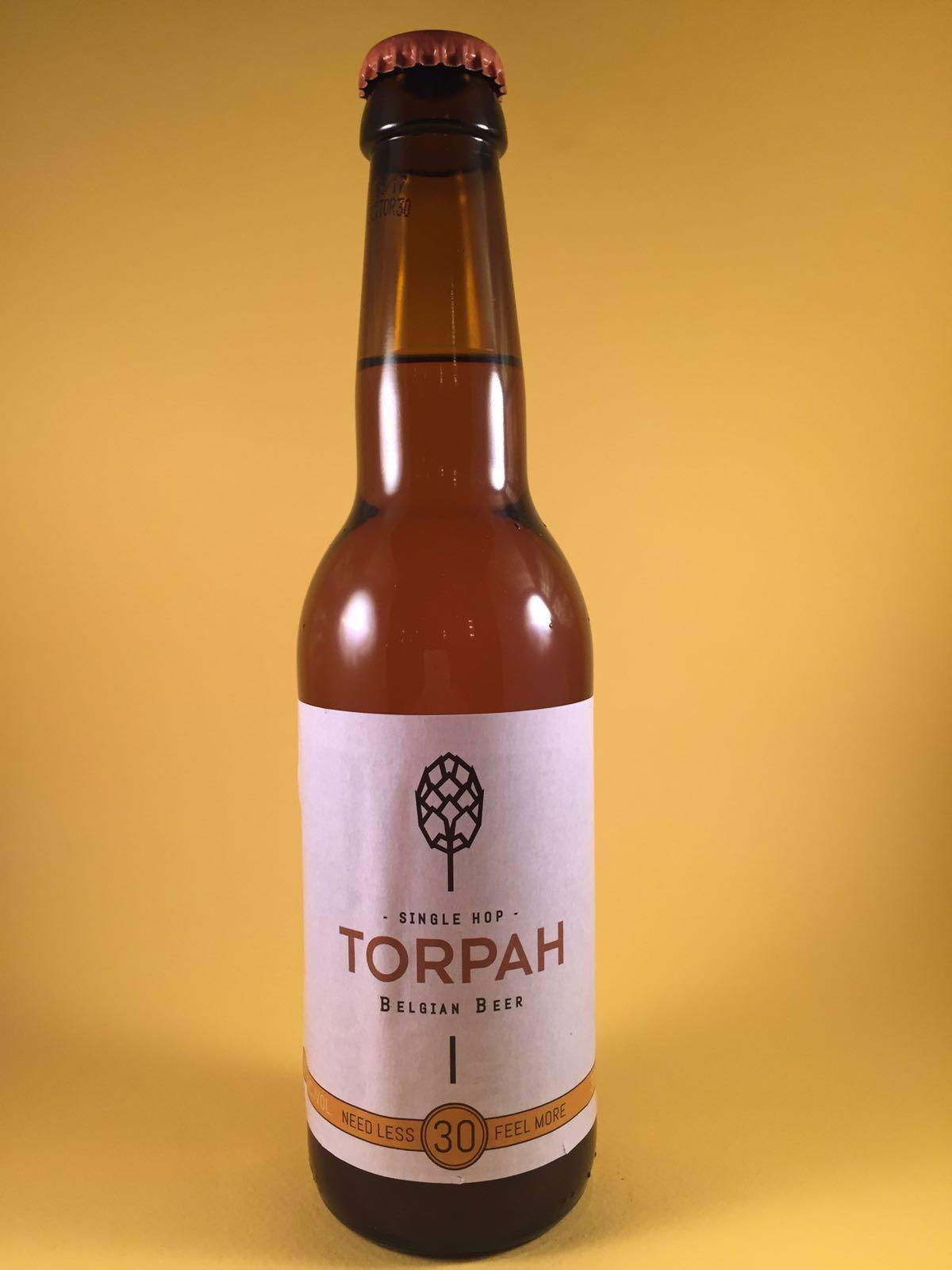 """Dit bier is een """"single hop"""" bier van brouwerij Brasserie {c}. Thorpa heeft drie varianten die elk gebrouwen zijn met één hopsoort. Het bier heeft een hoppige smaak maar is een lekkere doordrinker. Thorpa heeft varianten van 30-60-90. Dit getal verwijst naar de bitterheidwaarde. Het bier heeft een alcoholpercentage van 6%. Advies serveertemperatuur: 6 graden."""