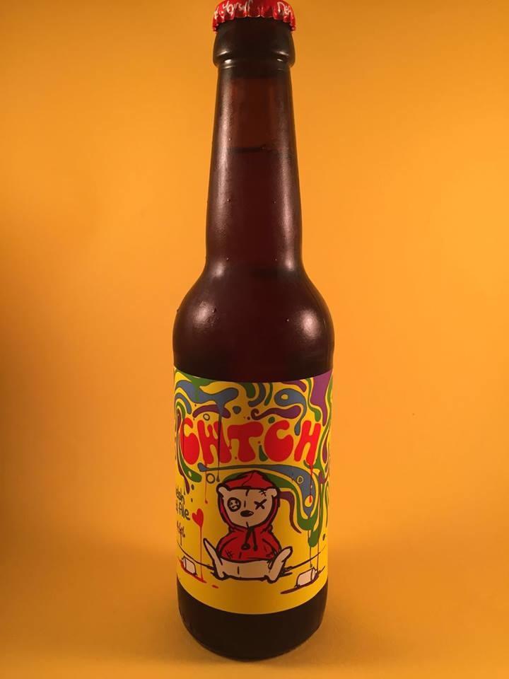 """CWTCH Herkomst: Newport, Wales Dit bier kun je het beste als laatste drinken. Misschien lukt het dan om de naam uit te spreken. Hoe je het uitspreekt weten we niet. Maar de betekenis is in het Welsh """"Liefdevolle Knuffel"""". Temperatuur van dit bier is zeer bepalend voor de geur en smaak. Drink je dit bier vrij koud dan herken je geuren en smaken van grapefruit en tropisch fruit. Wordt het bier wat warmer dan proef je zoete tonen en in de afdronk salmiak. Het bier bevat een alcoholpercentage van 4,6%. Advies servertemperatuur afhankelijk van wat je wilt beleven."""
