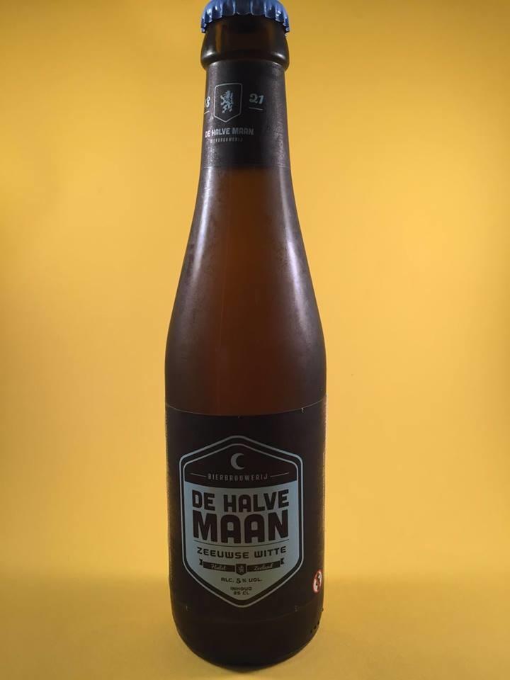 """Zeeuwse Witte Herkomst: Hulst, België Ondanks de grote naam van de brouwerij """"De Halve Maan"""" is het bier minder bekend. Dit is een typisch tarwebier. De hoppigheid is ver te zoeken maar het eiwitrijke graan geeft het bier een volle romige smaak. Opvallend is dat het bier enorm helder is en neigt naar pilsener bier terwijl het beschouwd wordt als een witbier. Een andere overeenkomst met pilsener is het alcoholpercentage van 5%. Heerlijk verfrissend terrasbier. Advies serveertemperatuur: 5 graden"""