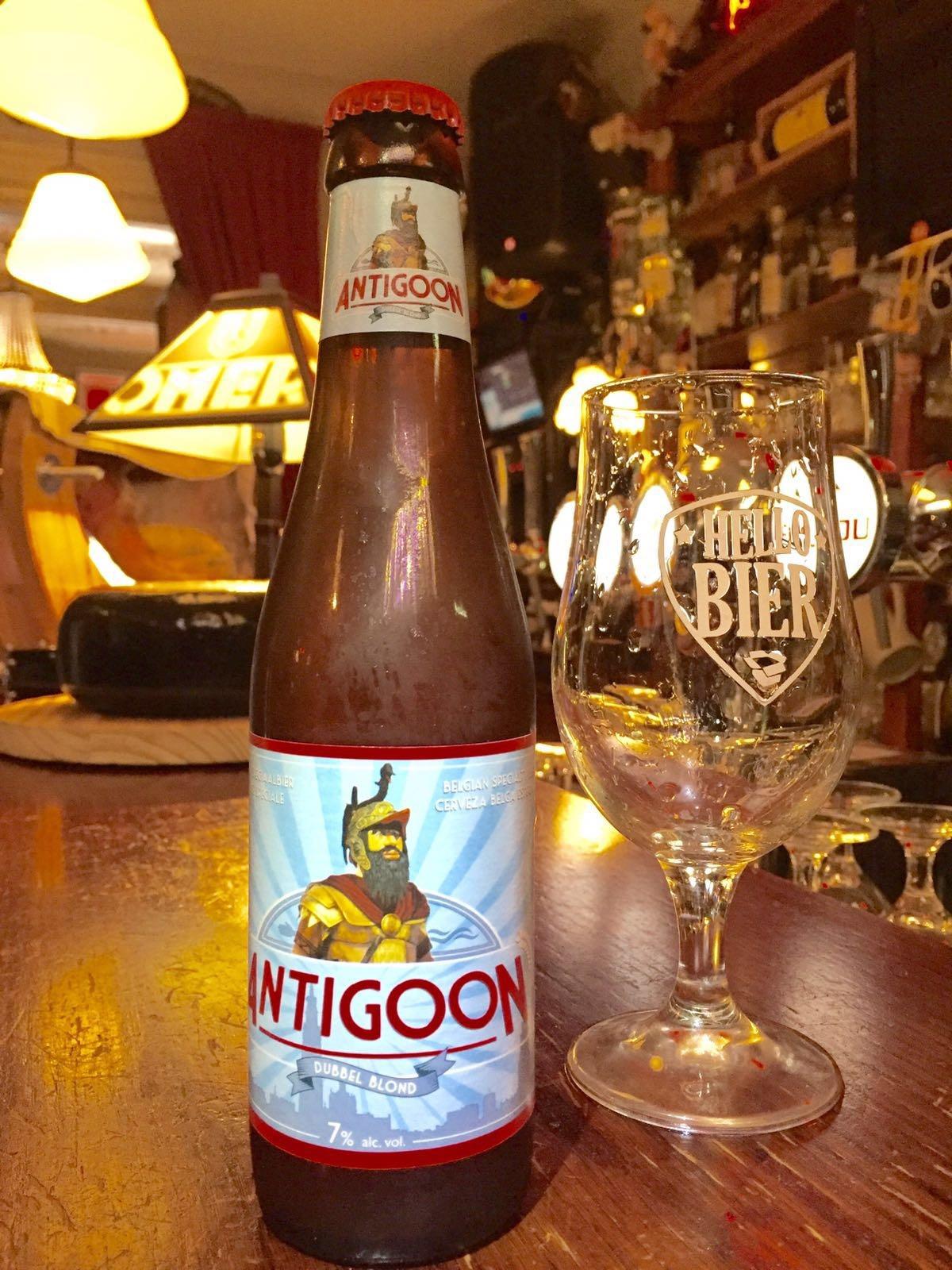 """Antigoon Herkomst: Ursel, België Dubbel blond bier met een romige kraag met fijne belletjes. Dit appelfris bier wordt vergezeld met citrus en kruidige aroma's. Een blond bier mag """"Dubbel Blond"""" genoemd worden als het een alcoholpercentage van 7% heeft. Antigoon is een bier met body waarbij de combinatie van smaken mooi in balans zijn. Advies serveertemperatuur: 7 graden."""