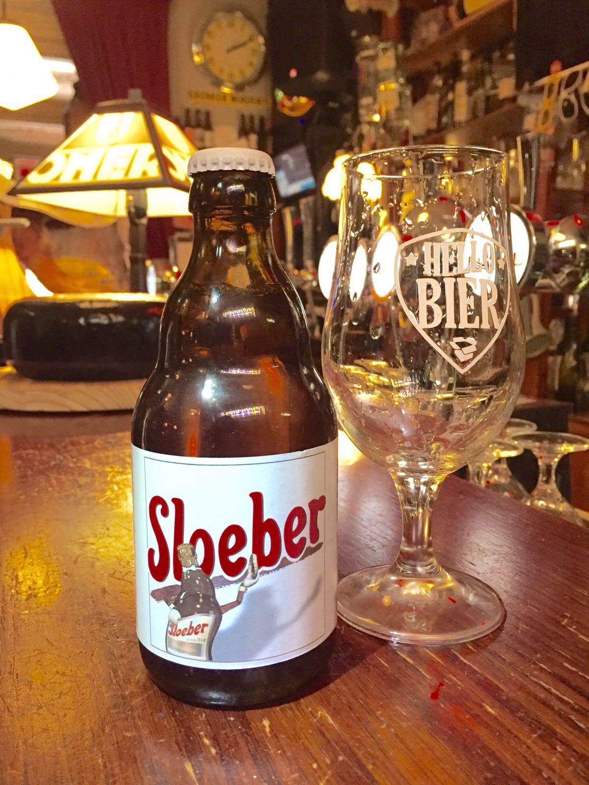 Sloeber Herkomst: Oudenaarde, België Fris blond bier, neigend naar een lichte tripel, met hergisting op de fles. Volle, krachtige smaak maar toch voelt het bier subtiel de mond. Tonen van citrus en hop bepalen de smaak waarbij je in de afdronk een licht zoetje herkent. De geur doet je denken aan een wandeling door een graanveld. Wij hebben dit lekker blond bier op 3 graden gedronken en dit was zeker een aanrader. Verraderlijk is dan wel de alcoholpercentage: 7,5%.