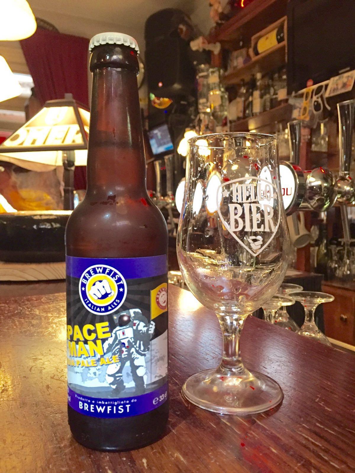 Brewfist Spaceman IPA Herkomst: Italië, Codogno Helder oranje is deze IPA van kleur. De bloemige geur komt aangenaam binnen in je neus. Citrus-, perzik- en grapefruitkenmerken in de smaak maken dit biertje zomers. De tintelende smaken en aangename geur brengen je in een zwoele, zachte zomeravondspace. Dit bier heeft een opvallende naam maar het verhaal achter de naam Spaceman IPA konden we helaas niet vinden. Het bier bevat een alcoholpercentage van: 7%. Advies serveertemperatuur: 6 graden.