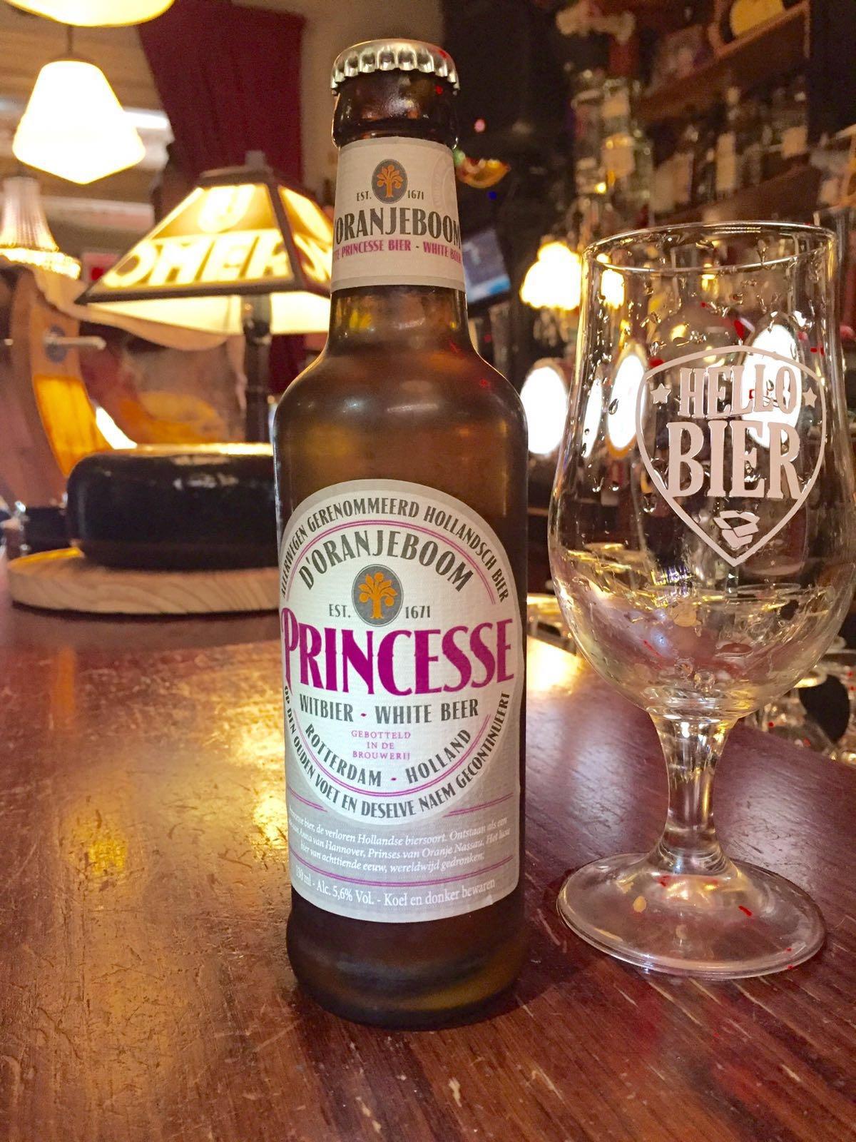 """Princesse Witbier Herkomst: Breda, Nederland Wij zijn trots dat we dit bier in ons pakket mogen toevoegen. Dit """"vergeten"""" historisch bier is nieuw leven ingeblazen. Princesse is een van de meest historische bieren. Vroeger werd dit bier door twee Amsterdamse brouwerijen gebrouwen, tegenwoordig door United Dutch Brewerys uit Rotterdam waarbij ze de naam d'orangeboom gebruiken. Dit witbier is op smaak gebracht met verschillende specerijen en kruiden. Door dit bier goed te koelen en mede dankzij zijn lage alcoholpercentage is dit witbier lekker weg te drinken. Advies serveertemperatuur: 4 à 5 graden. Alcoholpercentage 5,6%"""