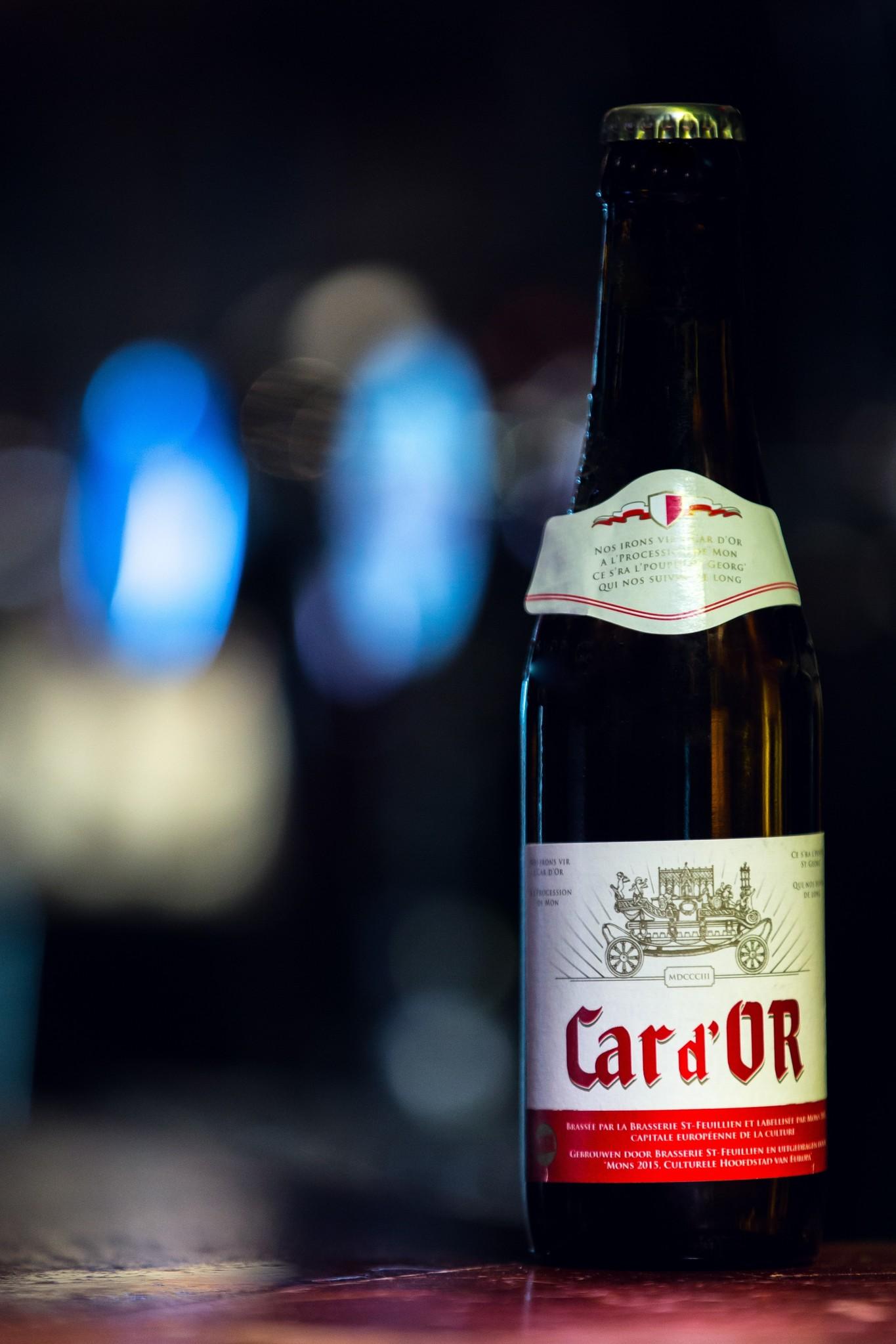 Car d'or Herkomst: Le Roeulx, België Car d'or is afkomstig van brouwerij St. Feullien uit België. Het bier heeft een hoge gis-ting en nagisting op de fles. Dit frisse blonde speciaalbier heeft een mooi bittertje en een aangename geur en afdronk. Car d'or heeft in 2014 een gouden medaille gewon-nen in de Brussels Beer Challenge en de European Beer Star in de Categorie Belgian Style Ale. En dat is niet voor niks. Het bier bevat een alcoholpercentage van 6%. Advies serveertemperatuur 8 graden.