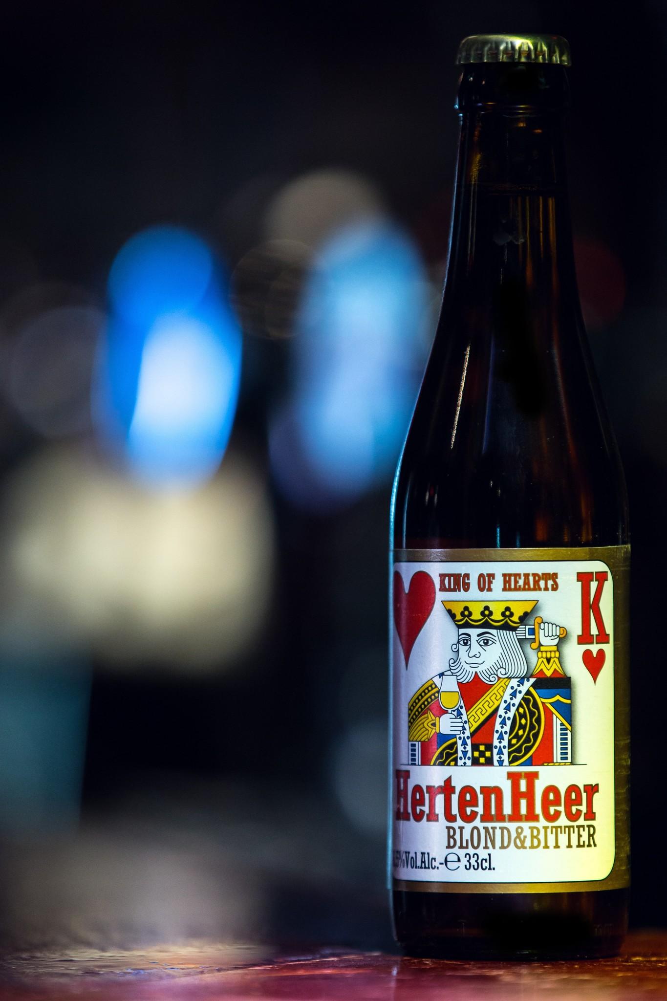 """Hertenheer Herkomst: Oud-Turnhout, Bel-gië Hertenheer is een koperblond bier waar geen enkele kruiden aan toegevoegd is maar vooral gebruik is gemaakt van hop. Door het overmatig gebruik van hop heeft het bier een bittere smaak die in de afdronk lekker blijft hangen. Ondanks de aanwezige bitte-re smaak zijn er ook verfijnde toetsen van citrus terug te vinden waardoor het bier makkelijker doordrinkend is. Brouwerij """"Het Nest"""" is in 2000 opgerichts als hobby-brouwerij maar bestaat tegenwoordig als een moderne brouwerij en heeft al verschil-lende prijzen weten te winnen met de bieren die zij brouwen. Het bier bevat een al-coholpercentage van: 6,5%. Advies serveertemperatuur: 5 à 7 graden."""