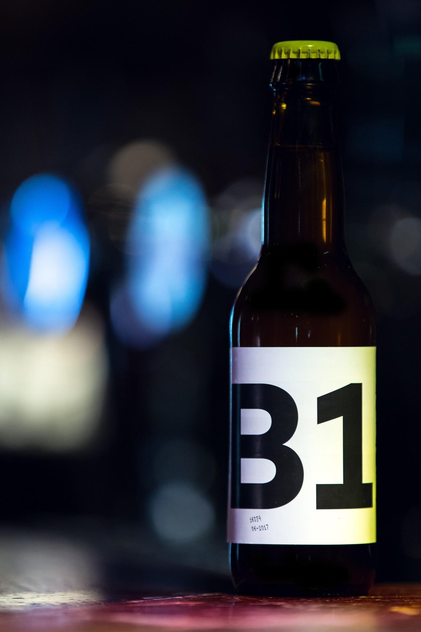 B1 Witbier Herkomst: Purmerend, Nederland Dorstlessend witbier van Brouwerij Berging uit Purmerend. Dit troebele witbier heeft een smakencombinatie van citrus, radijsjes en koriander. Brouwerij Berging heeft als missie om ambacht uit te dragen. Zij willen innoveren in biersmaken en brouwproces-sen. Bij het uitproberen van nieuwe biersoorten gaat er natuurlijk wel eens iets mis. Wat leuk is van deze brouwerij is dat zij dit niet zelf opdrinken of weggooien. Nee, zij destilleren het en maken er een eigen gin van. Deze mannen zijn goed bezig om de verspilling tegen te gaan. B1 witbier is in ieder geval wel gelukt. Dit bier bevat een alco-holpercentage van 5,1%. Advies serveertemperatuur 4 à 6 graden.