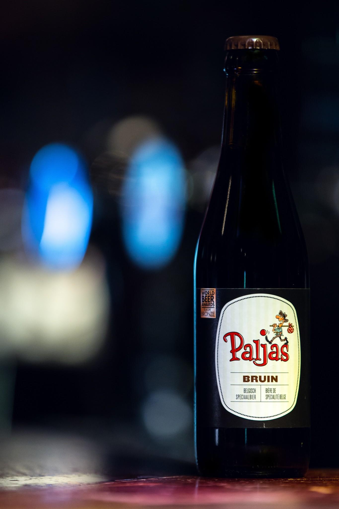 Paljas Bruin Herkomst: Zeebrugge, Bel-gië Bruin speciaalbier wat gebrouwen is met 4 soorten hop. Hierdoor heeft het bier een rijke smaak. Dit bier is gebrouwen door brouwerij Henricus in Zeebrugge. Bij het proe-ven van het bier ontdek je de smaken van salmiak en wiebertjes. De kleur wordt be-paald door het karamelliseren van het mout. De mooie intense bruine kleur maakt het biertje compleet. Het bier bevat een alcoholpercentage van: 6%. Advies serveertem-peratuur: 6 á 9 graden.